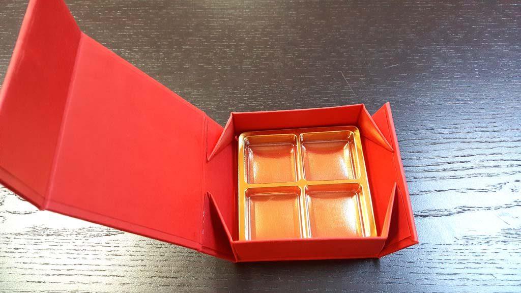 Cutie rigida cu magnet pentru 4 praline-bomboane - 1