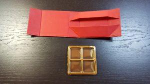 Cutie rigida cu magnet pentru 4 praline/bomboane