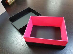 Cutie neagra de lux cu gât roz